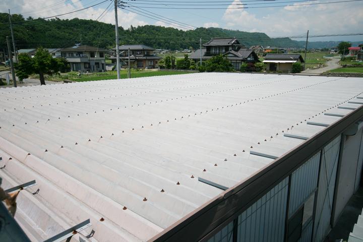 工場や倉庫の大きな屋根のリフォーム